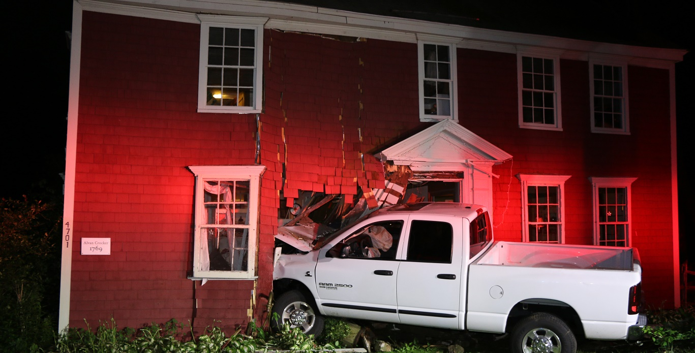 Dodge Ram 2500 crashed through front wall of historic 246-year-old house… driver arrested for OUI… [VIDEO]