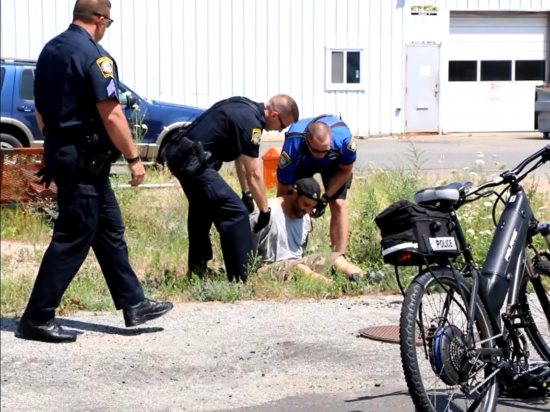 HIGH SPEED BIKE CHASE: B&E suspect taken down after trying to hawk loot to actual owner of the stolen jewelry… owner works behind counter at store that buys jewelry… [VIDEO]